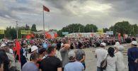Экс-премьер-министр Өмүрбек Бабановдун тарапташтары Талас шаарында митингге чыгышты