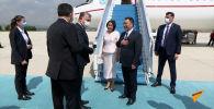 Президент Кыргызстана Садыр Жапаров прибыл с официальным визитом в Турцию. Его и первую леди Айгуль Жапарову в аэропорту Эсенбога встретил министр культуры и туризма Турции Мехмет Нури Эрсой.