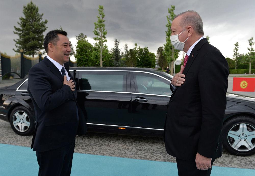 Президент Садыр Жапаров на церемонии официальной встречи с Президентом Турции Реджепом Тайипом Эрдоганом. 09 июня 2021 года