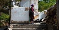 Жительница приграничного села Максат Фарида Малабаева возле разрушенного дома. Архивное фото