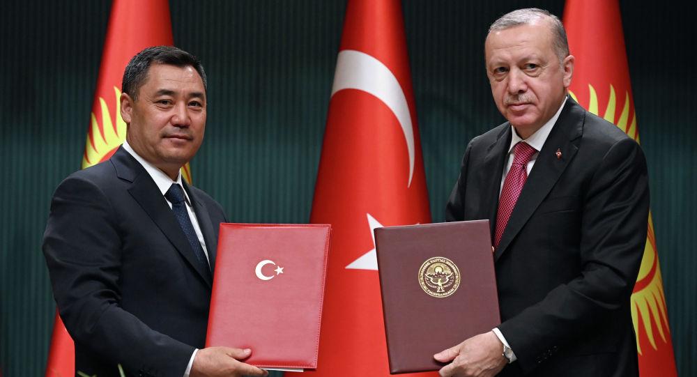 Президент Садыр Жапаров и президент Турции Реджеп Тайип Эрдоган во время подписания ряда двусторонних документов в рамках официального визита