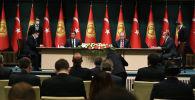 Президент Кыргызстана Садыр Жапаров и президент Турции Реджеп Тайип Эрдоган во время подписания двусторонних документов в рамках официального визита