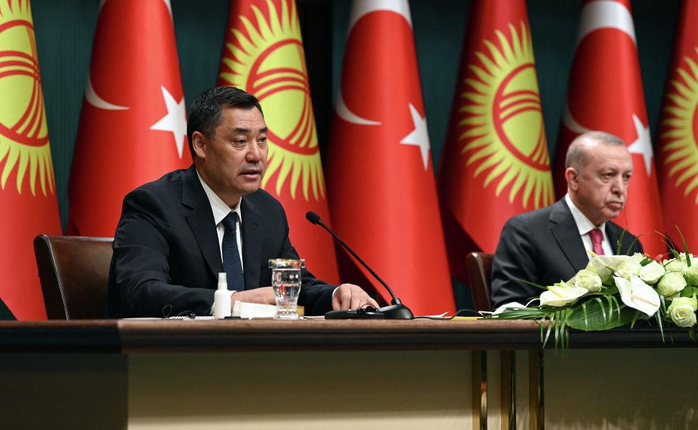 Президент Садыр Жапаров и президент Турции Реджеп Тайип Эрдоган во время выступления в рамках официального визита в Турцию