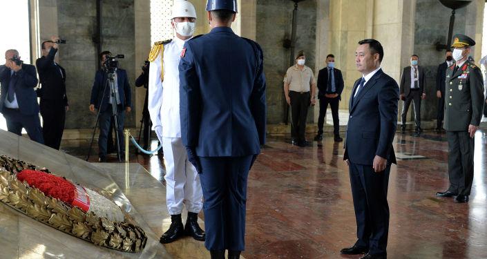 Президент Садыр Жапаров возложил венок к месту захоронения великого государственного и политического деятеля Турции Мустафы Кемаля Ататюрка, отдав дань уважения его памяти.