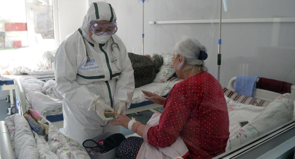 Медициналык кызматкер Бишкектеги ооруканада COVID-19 менен оруган бейтаптар менен
