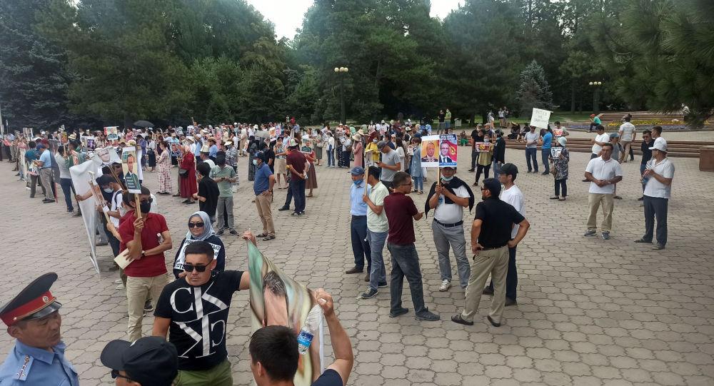 Митинг сторонников Орхана Инанды у здания правительства в Бишкеке