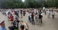 Орхан Инандыны тараптарыштар Өкмөт үйүнүн алдында митингте