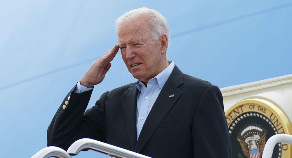 Президент США Джо Байден салютует во время посадки в Air Force One