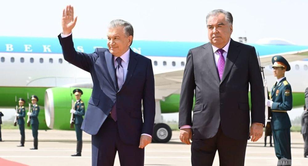 Өзбекстандын президенти Шавкат Мирзиёев Душанбе шаарына барып, аны аэропорттон Эмомали Рахмон өзү тосуп алды