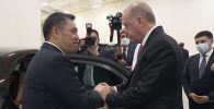 Главы государств тепло побеседовали на фоне панорамы из президентского Дворца в Анкаре. Прощаясь, Жапаров пригласил Эрдогана посетить Кыргызстан с ответным визитом.
