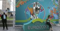 Люди фотографируются на фоне логотипа Евро-2020. Архивное фото