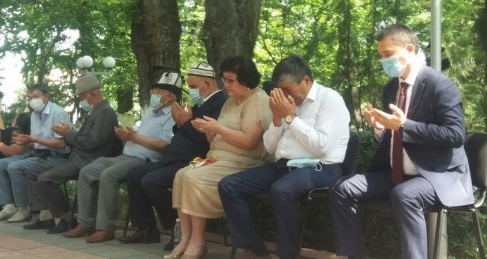 Родственники жертв июньских событий во время чтения молитвы в Оше