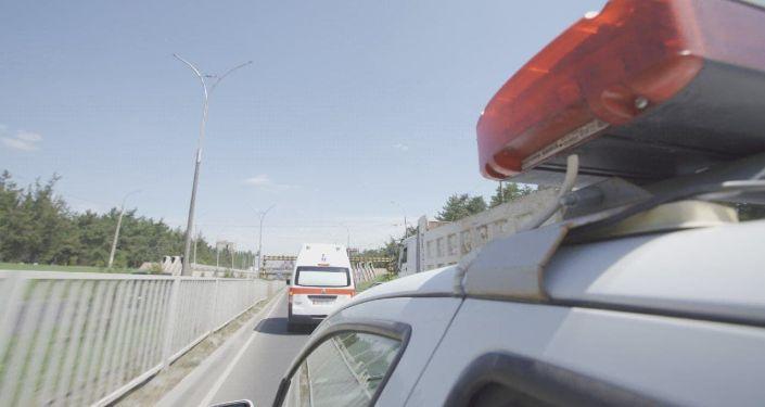 Сотрудники УПСМ проверяли, уступают ли водители дорогу машине со спецсигналами во время рейда Маяк в Бишкеке