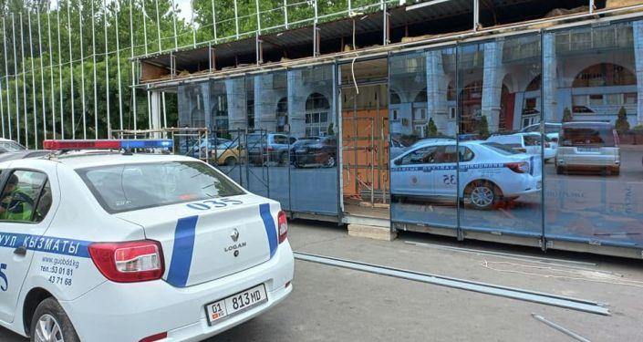 Ход устанавки нового и современного отделения милиции на площади Ала-Тоо в Бишкеке