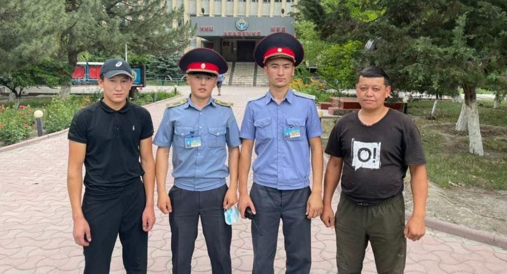 Сотрудник и курсанты Академии МВД спасли девочку, которую уносило течением быстротока в микрорайоне Аламедин 1 в Бишкеке