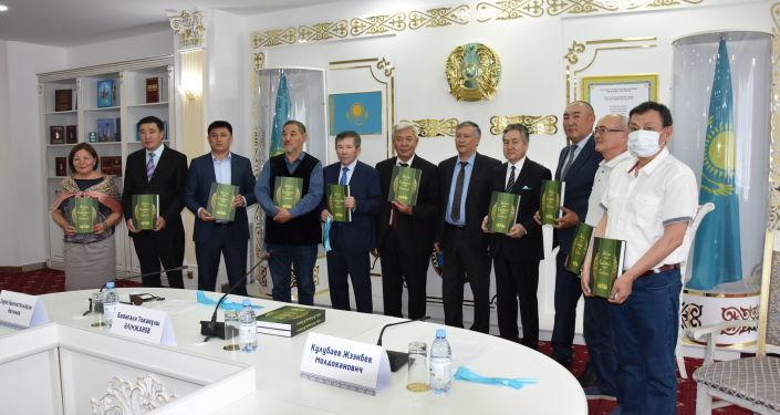 Презентация книги казахского акына, поэта Баянгали Алимжанова Манас - Семетей и Сейтек на казахском языке в городе Нур-Султан. 09 июня 2021 года