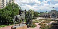 Памятник Михаилу Васильевичу Фрунзе, установленный в сквере у привокзальной площади по улице Эркиндик в Бишкеке