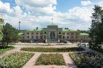 Фасад железнодорожного вокзала на проспекте Эркиндик в Бишкеке