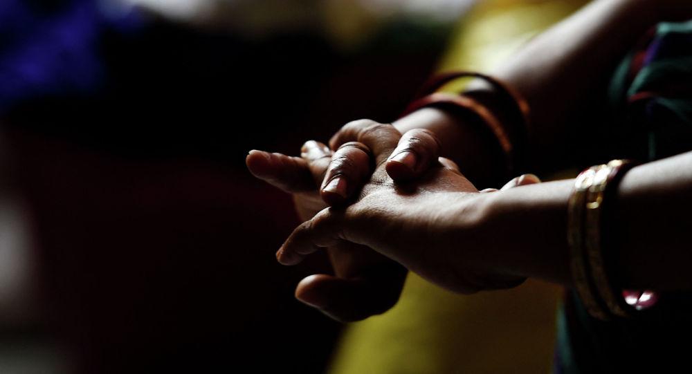 Руки молодой девушки. Архивное фото