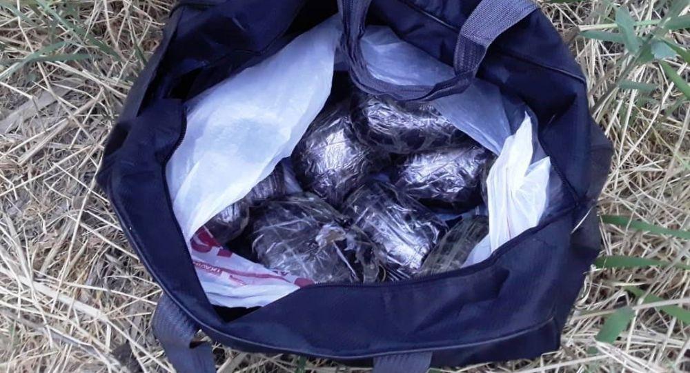 Наркотики обнаруженные у задержанного по подозрению в поставке и сбыта наркотических средств афганского происхождения в особо крупных размерах