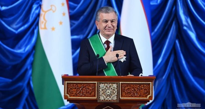 Президента Таджикистан Эмомали Рахмон во время награждения президента Узбекистана Шавката Мирзиёева государственной наградой Таджикистана – орденом Зарринточ (Золотая корона) первой степени