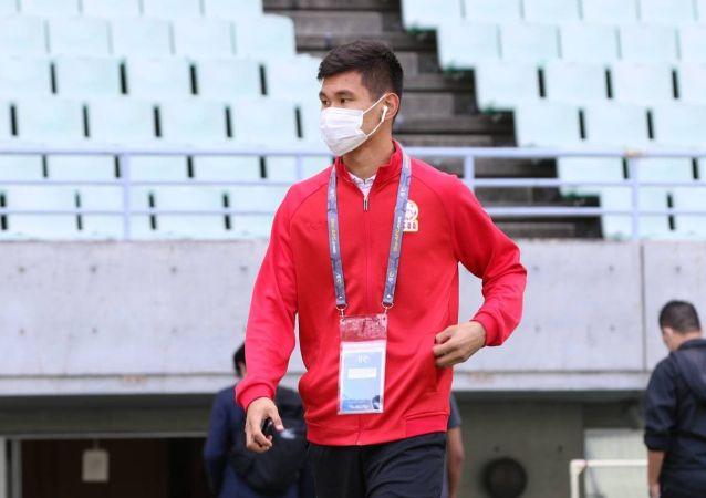 Защитник сборной Кыргызстана по футболу Айзар Акматов в стадионе Осака (Япония) перед матчем со сборной Мьянмы в рамках отборочного тура к Чемпионату мира-2022. 10 июня 2021