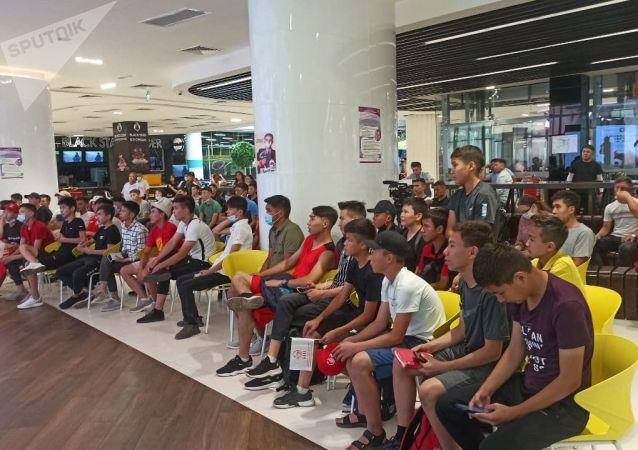 Болельщики перед футбольным матчем Кыргызстан — Мьянма на фанатской зоне в торговом центре Asia Mall