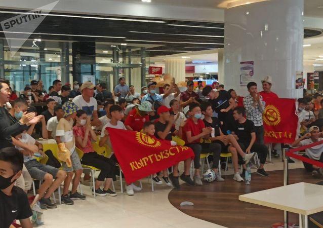 Болельщики на фанатской зоне в торговом центре Asia Mall во время матча Кыргызстан — Мьянма
