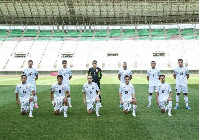 Футболисты сборной Кыргызстана до начала матча со сборной Мьянмы, в рамках отборочного тура к Чемпионату мира-2022 в Осаке (Япония) . 11 июня 2021 года