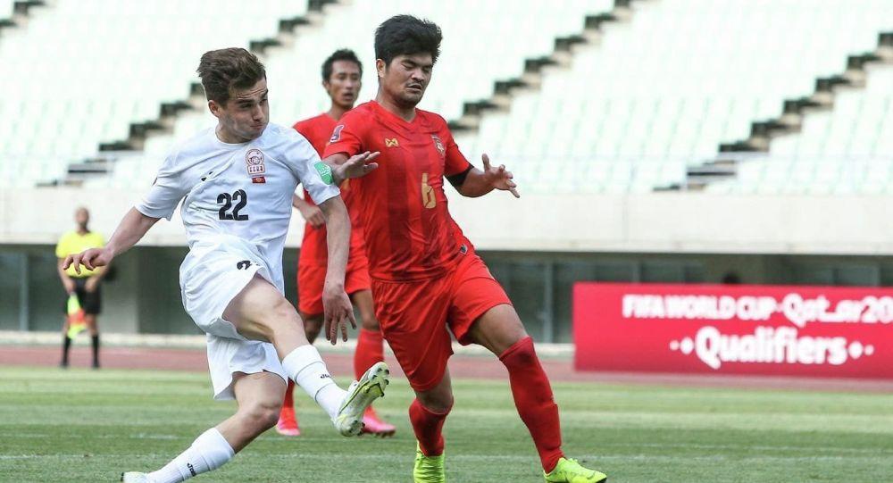 Футболисты сборной Кыргызстана и сборной Мьянмы во время матча, в рамках отборочного тура к Чемпионату мира-2022 в Осаке (Япония)