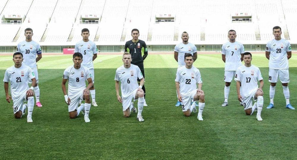 Футболисты сборной Кыргызстана до начала матча со сборной Мьянмы, в рамках отборочного тура к Чемпионату мира-2022 в Осаке (Япония)
