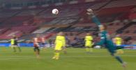 Youtube-канал Английской Премьер-Лиги (АПЛ) опубликовала видео с лучшими спасениями ворот (сейвами) со стороны голкиперов футбольных клубов.