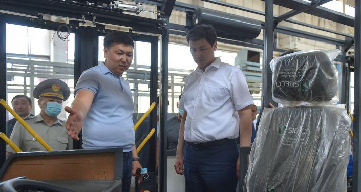 Председатель кабинета министров КР Улукбек Марипов ознакомился с деятельностью завода по производству изделий из черных металлов, хромистого чугуна, марганцовой стали и грузовых автоприцепов в городе Кара-Балта