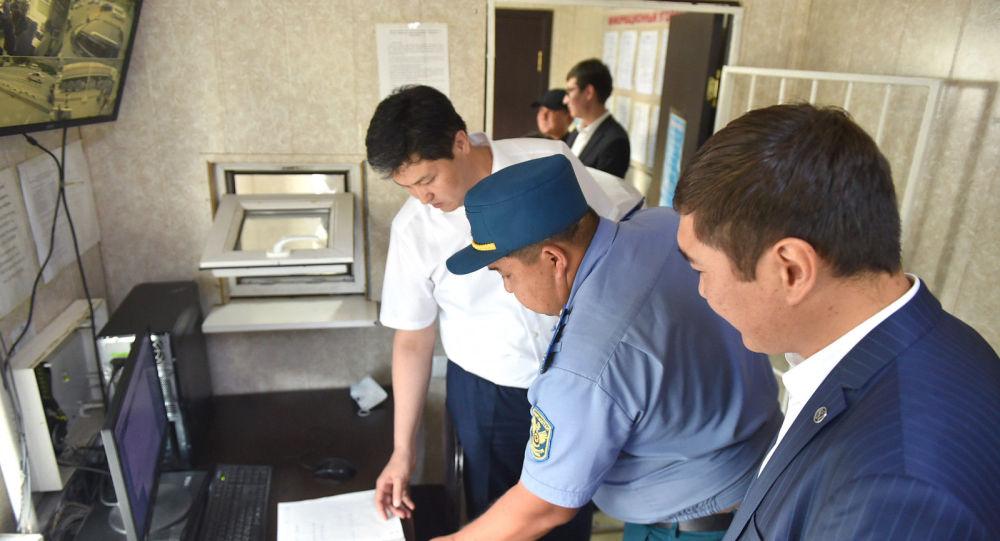 Председатель кабинета министров Улукбек Марипов провёл незапланированную проверку работы пункта транспортного контроля Сосновка.