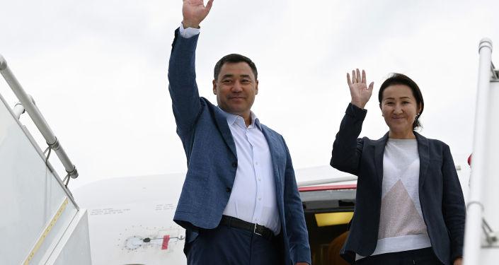 Президент Садыр Жапаров и первая леди Айгуль Жапарова во время посадки на самолет в рамках официального визита в Турцию.