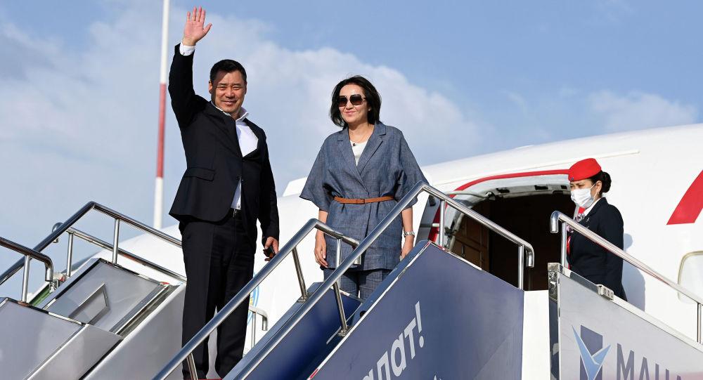 Президент Садыр Жапаров и первая леди Айгуль Жапарова во время возвращения в Бишкек после завершения официального визита в Турцию.