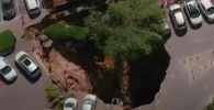 В Иерусалиме земля под парковкой провалилась под землю. В образовавшийся провал рухнуло несколько машин.
