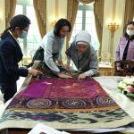 Сайма түшүрүлгөн туш кийизге суктана караган Айгүл Жапарова менен Эмине Эрдоган