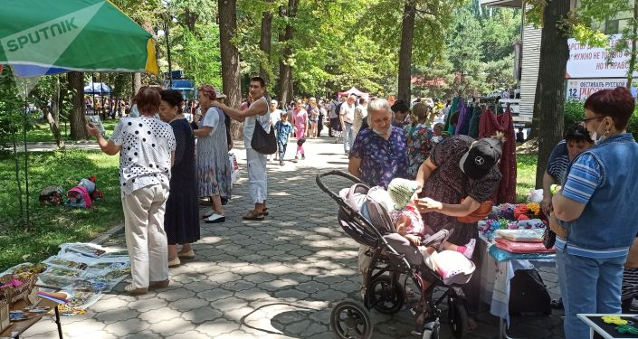 Люди на масштабном фестивале, посвященном Дню России, который прошел возле Русского драмтеатра в центре Бишкека