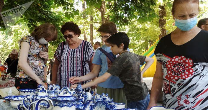 Продажа фарфоровой посуды на масштабном фестивале, посвященном Дню России, который прошел возле Русского драмтеатра в центре Бишкека