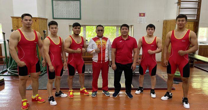 Тяжелоатлет из Кыргызстана Бакдоолот Расулбеков со спортсменами и тренером