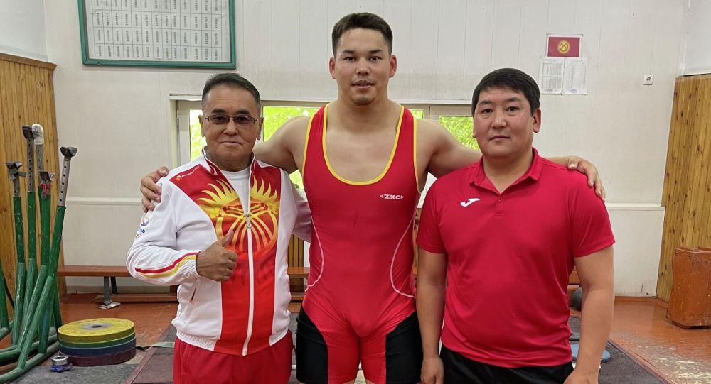 Кыргызстандык оор атлетчи Бакдөөлөт Расулбеков машыктыруучулар менен