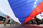 Развернутый 50-метровый государственный флаг России в честь празднования Дня России
