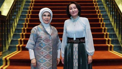 Первая леди КР Айгуль Жапарова с супругой президента Турции Эмине Эрдоган во время официального визита в Турцию президента КР.