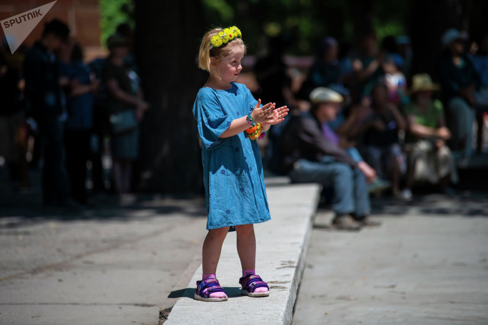 Ребенок на масштабном фестивале, посвященном Дню России, который прошел возле Русского драмтеатра в центре Бишкека