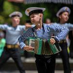 Детский ансамбль выступает на масштабном фестивале, посвященном Дню России, который прошел возле Русского драмтеатра в центре Бишкека