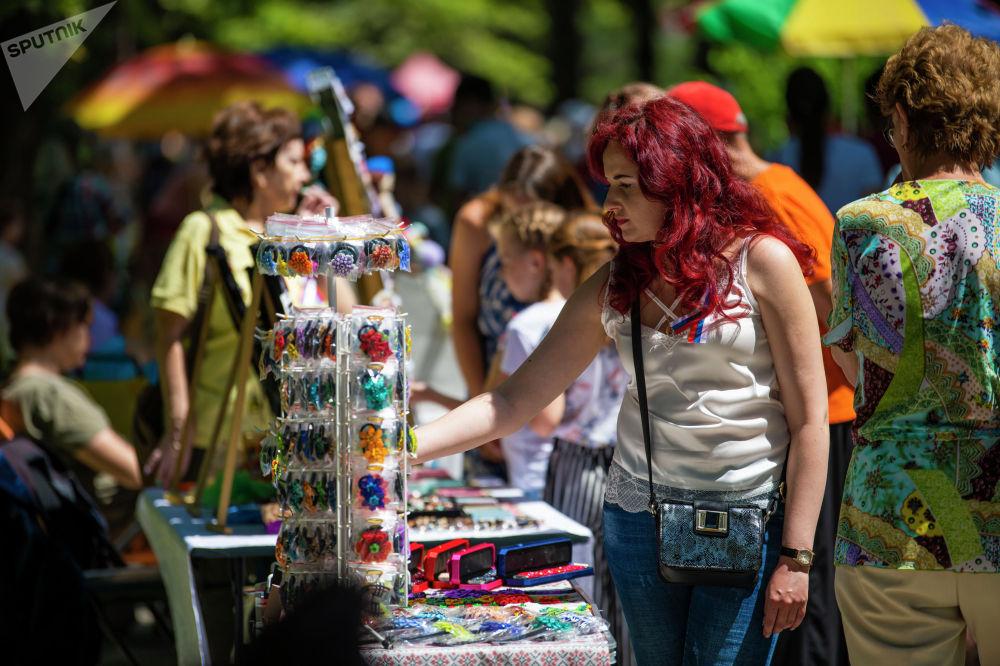 Девушка на масштабном фестивале, посвященном Дню России, который прошел возле Русского драмтеатра в центре Бишкека