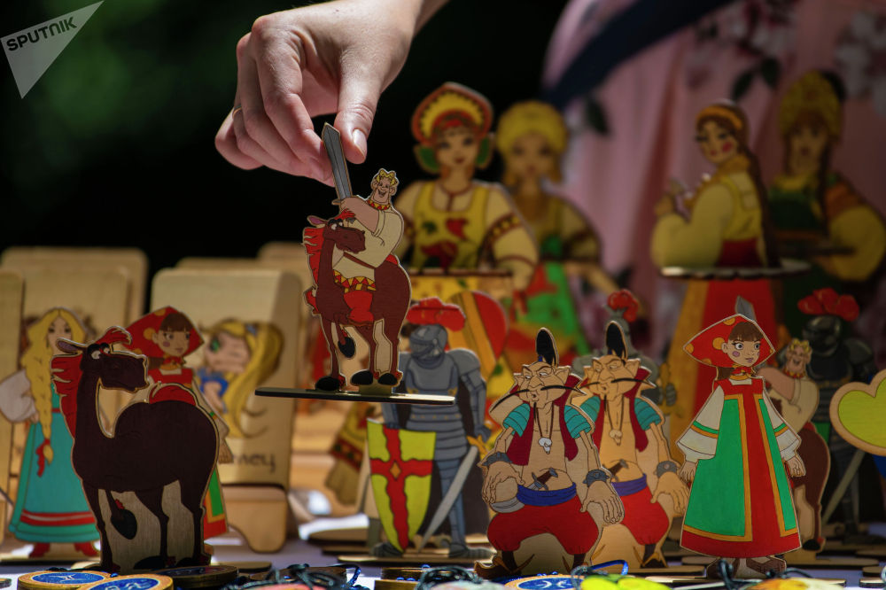 Продажа сувенирной продукции на масштабном фестивале, посвященном Дню России, который прошел возле Русского драмтеатра в центре Бишкека