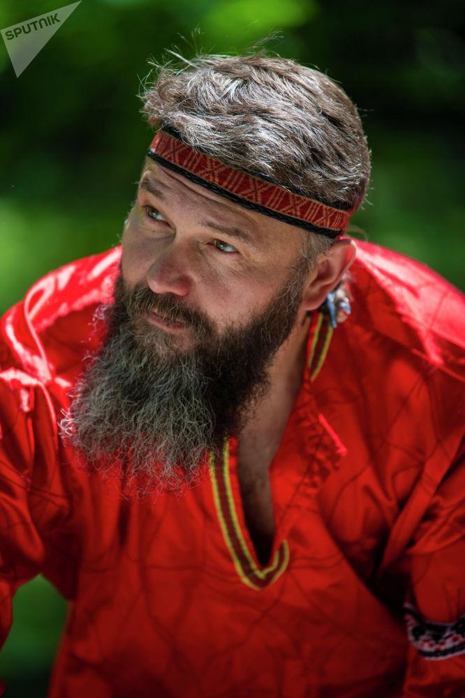 Мужчина в русском национальном костюме на масштабном фестивале, посвященном Дню России, который прошел возле Русского драмтеатра в центре Бишкека