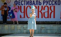 Девушка выступаю на праздновании Дня России в Бишкеке